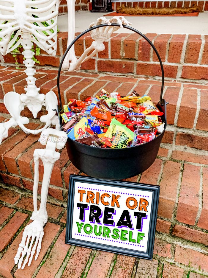 FREE Halloween Candy Bowl Printable Sign: Trick or Treat Yourself! | Where The Smiles Have Been #Halloween #trickortreating #free #freeprintable #FreeHalloween #trickortreatyourself